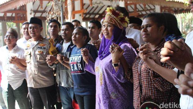 Mahasiswa Papua, Yenny Wahid dan polisi Jombang di makam Gus Dur/