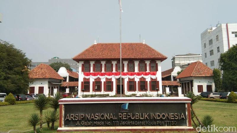 Gedung bergaya Eropa ini dulu rumah Gubernur Jenderal VOC Reinier de Klerk yang dibangun tahun 1760. Setelah Indonesia merdeka, tempat ini menjadi Gedung Arsip Nasional RI (Tasya/detikcom)