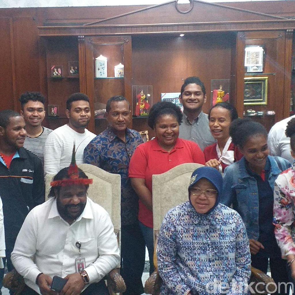 Temui Mahasiswa Papua, Risma Nyanyi Tanah Papua-Janji Beri Beasiswa