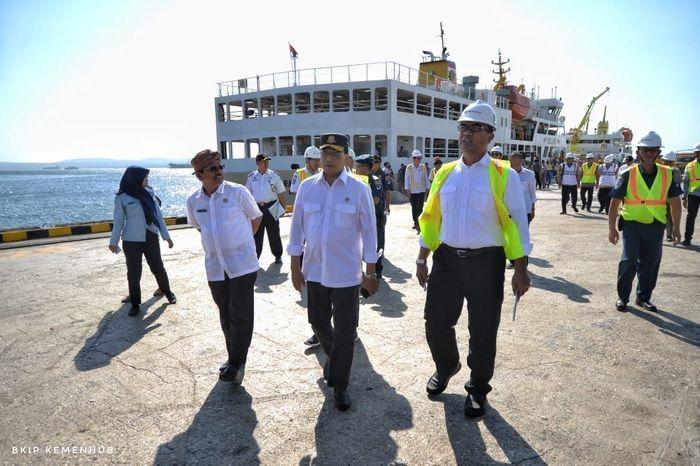 Budi Karya Sumadi meninjau kapal ternak yang mengakut sapi dari NTT ke Jakarta. Istimewa/Kementerian Perhubungan.