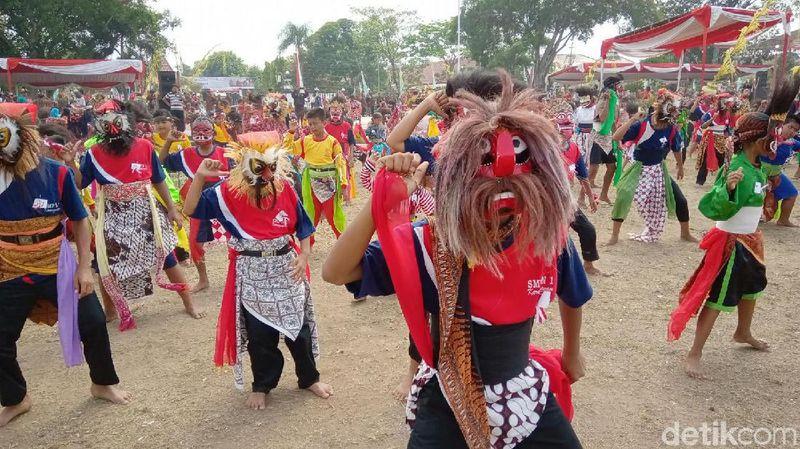 Dalam acara peringatan hari jadi ke-390 Kebumen, ada penampilan Tari Cepetan (Rinto Heksantoro/detikcom)