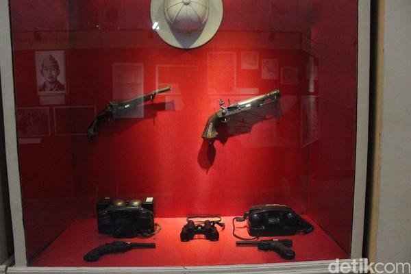 Di ruang pamer ada koleksi benda sejarah perjuangan rakyat Jawa Barat. Terdapat pajangan pucuk pistol VOC abad ke-16, tombak hasil rampasan di zaman kolonial Jepang dan samurai milik para perwira Jepang. (Fadil Muhammad/detikcom)