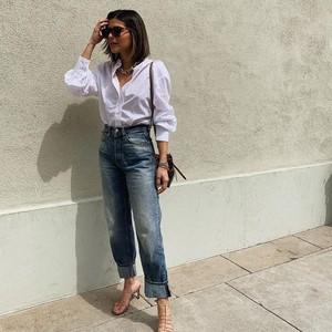 8 Baju Atasan Wajib Punya untuk Kamu yang Setiap Hari Pakai Jeans