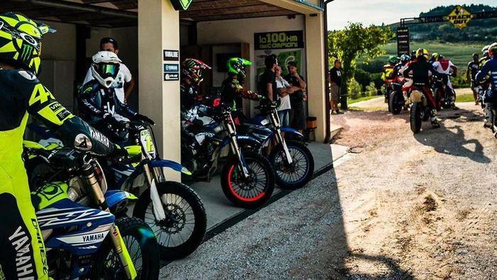 Pebalap Monster Energy Yamaha itu berlatih di lahan miliknya di Tavullia, bersama anak-anak didiknya di akademi VR46. Foto: instagram @valeyellow46