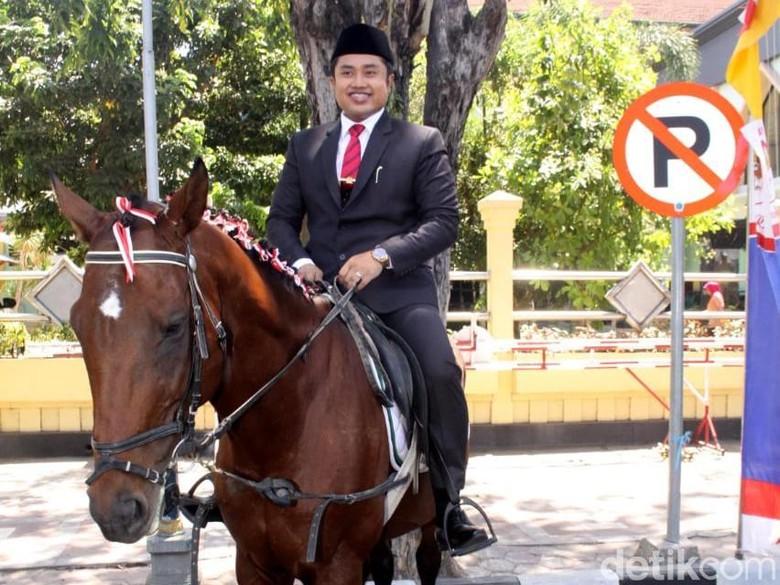 Seorang Anggota DPRD Sidoarjo Datang ke Pelantikan Naik Kuda