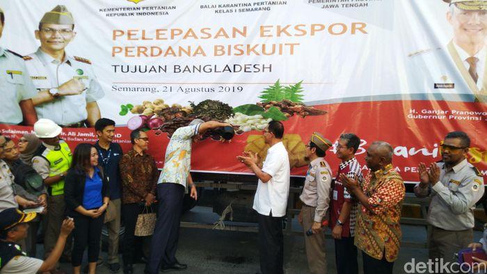 Gubernur Jawa Tengah, Ganjar Pranowo melepas produk ekspor di Pelabuhan Tanjung Emas Semarang, Rabu (21/8/2019).