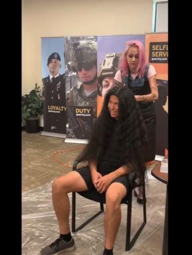 Transformasi Penampilan Pria Pertama Kali Cukur Rambut Setelah 15 Tahun
