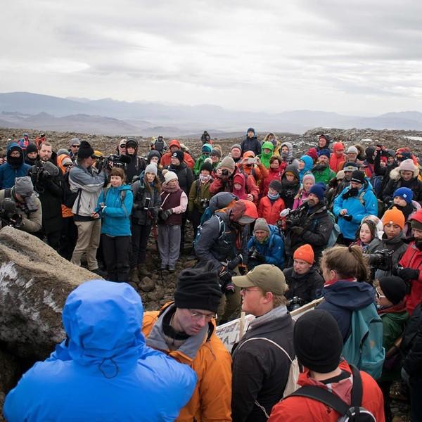 Ini adalah gletser Islandia pertama yang hilang karena perubahan iklim. Pada hari Minggu (18/8), para ilmuwan datang mengenang Gunung Okjokull, yang dikenal dengan singkatan Ok (CNN/Instagram)