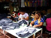 Ilustrasi buruh wanita menjahit jeans
