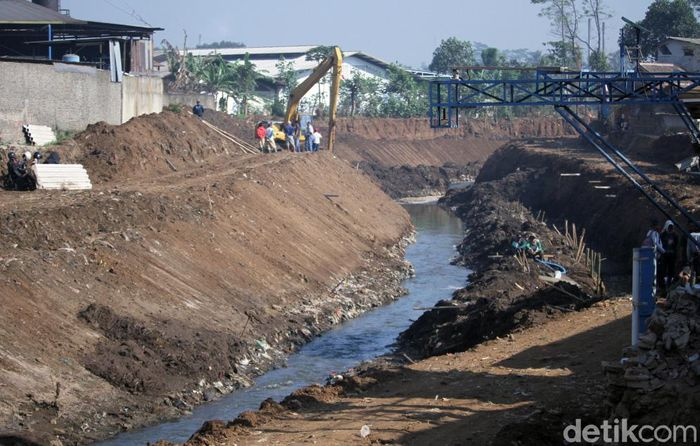 Balai Besar Wilayah Sungai (BBWS) Citarum membangun jalan Inspeksi di sepanjang aliran Sungai Citarum yang menghubungkan Kecamatan Majalaya dan Ciparay. Nantinya, jalan ini dapat digunakan sebagai jalur alternatif yang dapat menembus kemacetan.