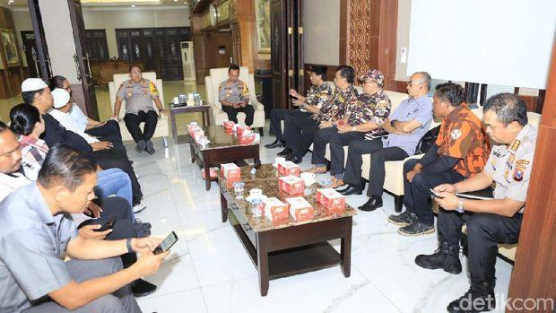 Kapolda Jatim Irjen Luki Hermawan saat bertemu sejumlah ormas di Surabaya untuk membahas insiden gesekan di asrama mahasiswa Papua