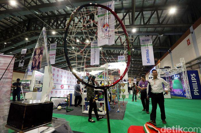Raket bolong milik pebulutangkis Indonesia Marcus Gideon mejeng di pameran olahraga Indonesia Sport Expo and Forum (ISEF) di Jakarta Convention Center (JCC), Rabu (21/8/2019).