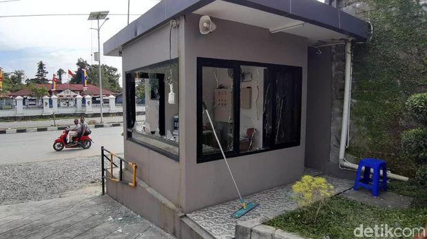Massa melempari hotel di Kota Timika, Mimika, Papua dengan batu pasca ricuh dekat DPRD, Rabu (21/8/2019)