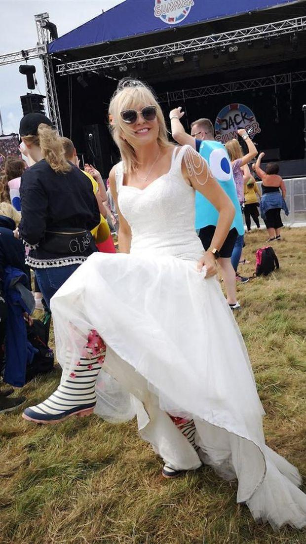 Wanita Ini Viral karena Belanja Hingga Cuci Piring Pakai Gaun Pengantin