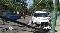 Tiang Listrik Ambruk Ditabrak Mobil, Kabel Berjuntaian ke Jalan