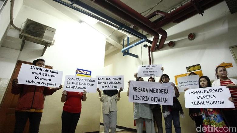 Aksi Warga Apartemen Mediterania Tuntut Nyalakan Listrik