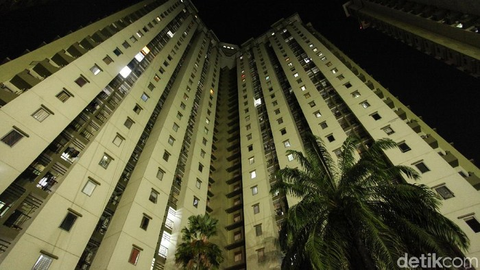 Sejumlah warga apartemen Mediterania Kemayoran, Jakarta menggelar aksi damai tuntut dinyalakannya listrik dan air, Rabu (21/8/2019). Sebelumnya sejumlah warga mengalami pemadaman listrik dan air hingga satu bulan lamanya.