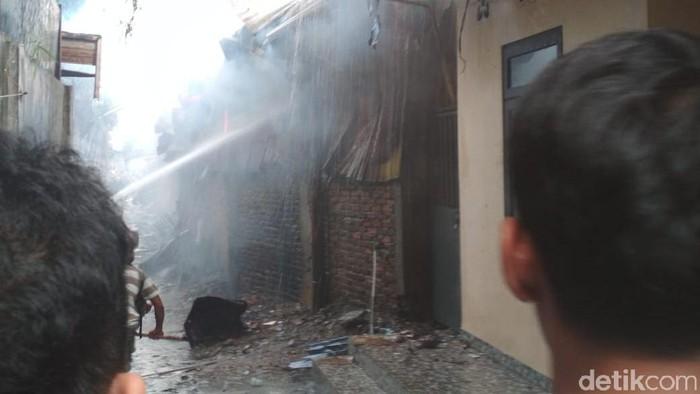 Foto: Puluhan Kios di Pasar Inpres Titi Kuning Medan Terbakar (Rul-detik)