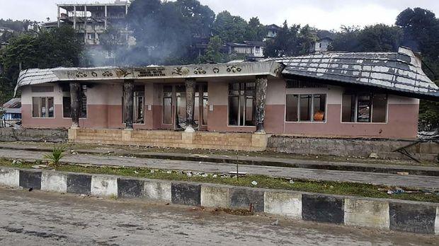 Kantor Dewan Adat Mbaham Matta seusai dibakar massa saat melakukan aksi di Kabupaten Fak - Fak, Papua Barat, Rabu (21/8).