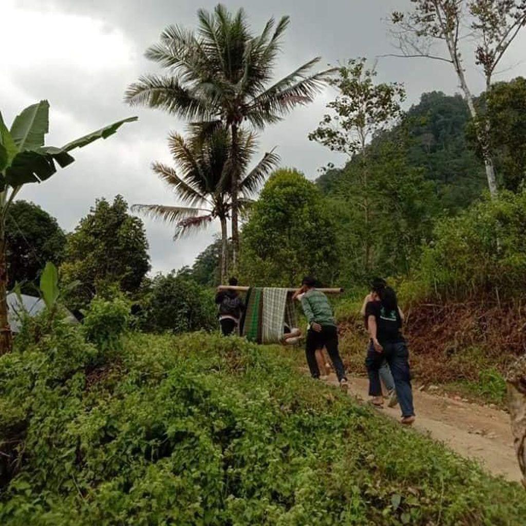 Video Kisah Miris Orang Sakit Ditandu 6 Km karena Jalan Rusak