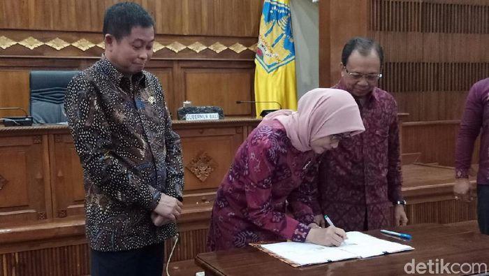Foto: Disaksikan Menteri ESDM Ignasius Jonan, Gubernur Bali I Wayan Koster teken MoU dengan PLN (Aditya/detikcom)