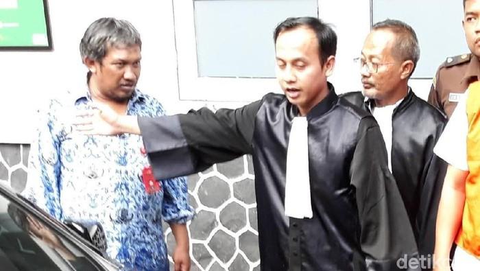 Jaksa Satriawan Sulaksono (bertoga) sedang menjelaskan kondisi mobil pelaku penabrakan pengendara motor di Solo. (Bayu Ardi Isnanto/detikcom)
