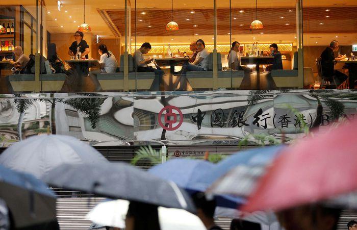 Pengunjung menikmati hidangan di dalam restoran saat para peserta aksi demo anti undang-undang ekstradisi beraksi di Hong Kong. REUTERS/Kim Hong-Ji.