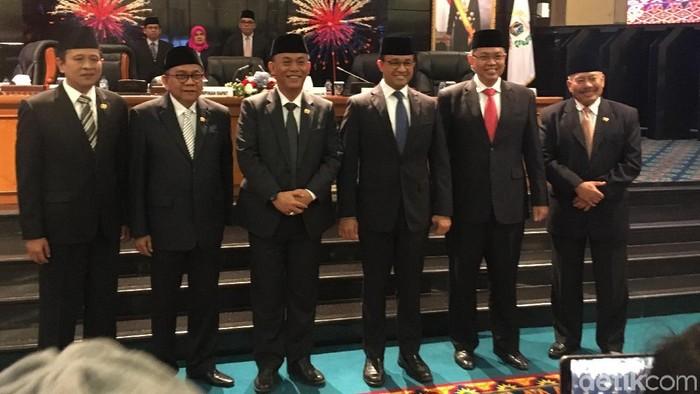 Foto: DPRD DKI mengesahkan APBD P DKI 2019 bersama Gubernur Anies Baswedan. (Arief Ikhsanudin/detikcom)
