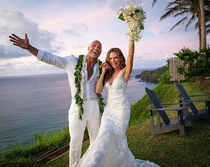 Begini senyum bahagia The Rock alias Dwayne Johnson saat mengikat janji suci dengan Lauren. Mereka tampak serasi mengenakan outfit putih. Foto: Instagram laurenhashianofficial