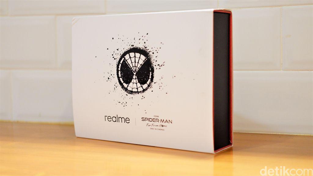 Realme X Spider-Man dikemas dalam kotak spesial. Foto: Adi Fida Rahman/detikINET