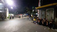 Massa berseragam AMPG masih bertahan di Kantor DPP Golkar