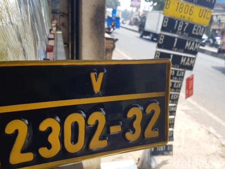 Ilustrasi pembuatan pelat nomor pinggir jalan Foto: Ridwan Arifin/detikOto