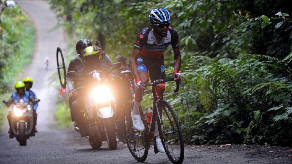 Pebalap Terengganu Cycling Team Malaysia Jawarai Etape 4 Tour dIndonesia