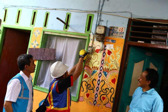 Petugas PLN memeriksa instalasi listrik pelanggan di wilayah Jakarta Raya, Kamis (22/8/2019). Istimewa/PLN.