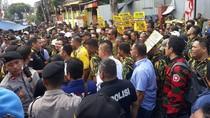Desak Pleno, Massa AMPG Pro-Bamsoet Datangi Kantor DPP Golkar