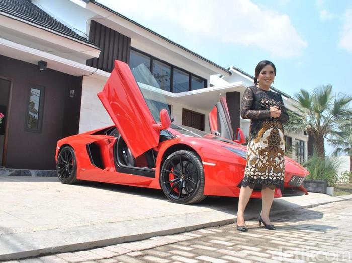 Sebuah Lamborghini yang diparkir depan rumah subsidi di Kediri/Foto: Andhika Dwi