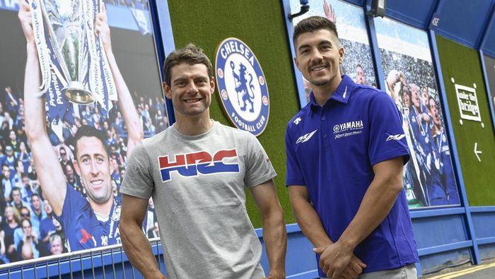 Cal Crutchlow dan Maverick Vinales mengunjungi Stamford Bridge, Rabu (21/8/2019) (Foto: Instagram.com/motogp)