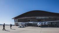 Adapun Virgin Galactic menawarkan penerbangan 90 menit ke atas atmosfer dengan kisaran harga sekitar USD 200-USD 250 ribu atau kurang lebih Rp 2,8 miliar hingga Rp 3,4 miliar (Virgin Galactic)