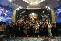 Sidang Paripurna Terakhir DPRD DKI, Adu Pantun hingga Pelukan Anies-Bestari