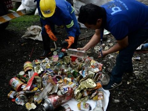 Petugas mengumpulkan sampah di Gunung Everest.