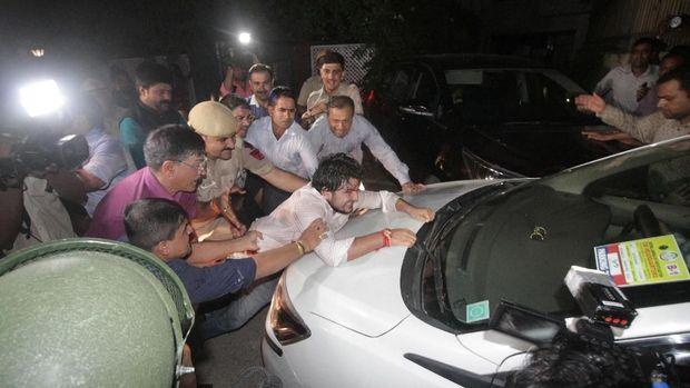 Pendukung Chidambaram nekat memanjat bagian depan mobil yang membawa mantan Menkeu India itu