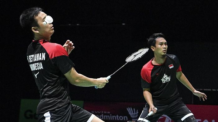 Hendra Setiawan/Mohammad Ahsan relaks di Fuzhou Cina Open 2019. (Antara Foto/Hafidz Mubarak A)