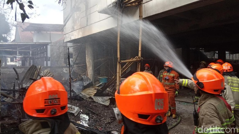 Bedeng Proyek Indekos di Bandung Terbakar, Pekerja Panik