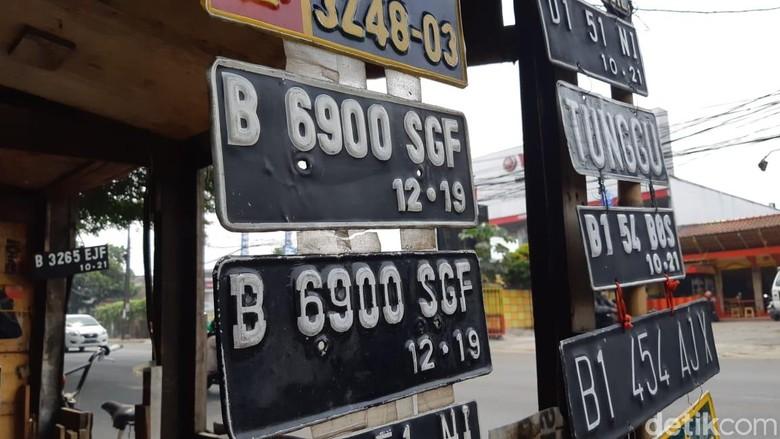 Pembuat pelat nomor di pinggir jalan. Foto: Ridwan Arifin/detikOto