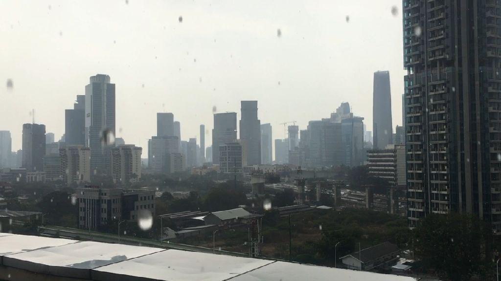 Video Hujan Turun, Sejenak Menyejukkan Sebagian Jakarta