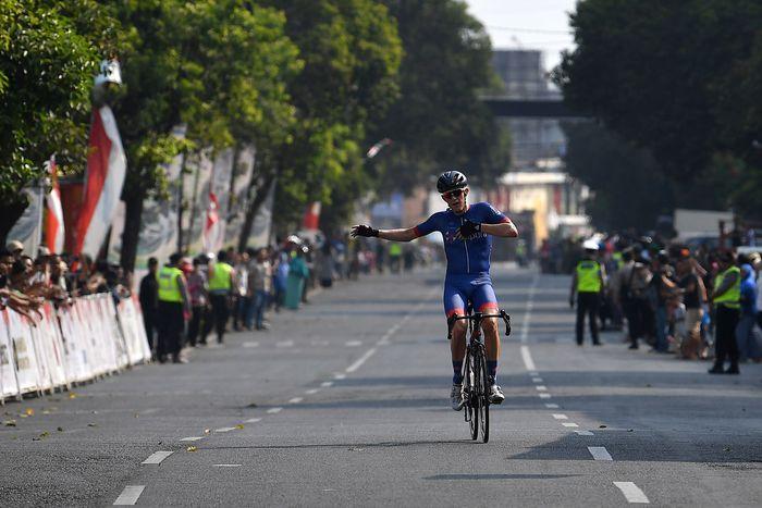 Pebalap sepeda Marcus Culey dari Team Sapura Cycling menari di atas sepeda sebelum memasuki garis finish etape ketiga Tour de Indonesia 2019 di Jember, Jawa Timur, Rabu (21/8/2019). ANTARA FOTO/Sigid Kurniawan.