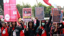 Aksi Buruh Tolak Revisi UU Ketenagakerjaan di Depan DPR