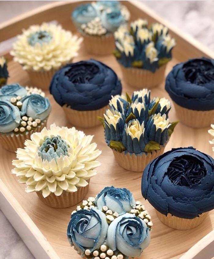 Cupcake bertema bunga bisa jadi inspirasi untuk sajian di pesta pernikahan. Warna biru yang dipilih juga bisa memberikan kesan dingin dan tentram. Foto: Istimewa