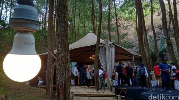 Untuk tenda sendiri memiliki kapasitas 6 orang dengan fasilitas tempat tidur, meja, listrik dan lain-lain. Selain tenda untuk beristirahat, di area ini juga tersedia fasilitas lain seperti musala, toilet, restoran, ruang meeting, arena hiburan anak, hingga panggung pertunjukan. (Rinto Heksantoro/detikcom)