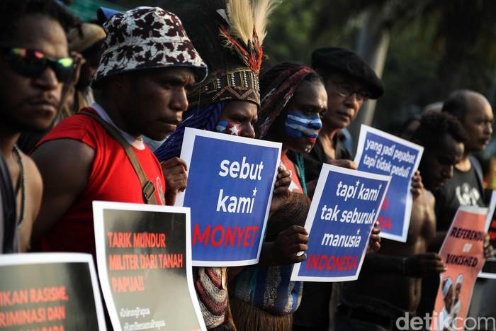 Aktivis dan mahasiswa asal Papua mengikuti aksi Kamisan ke -598 di kawasan depan Istana Merdeka, Jakarta Pusat, Kamis (22/8). Foto: Pradita Utama